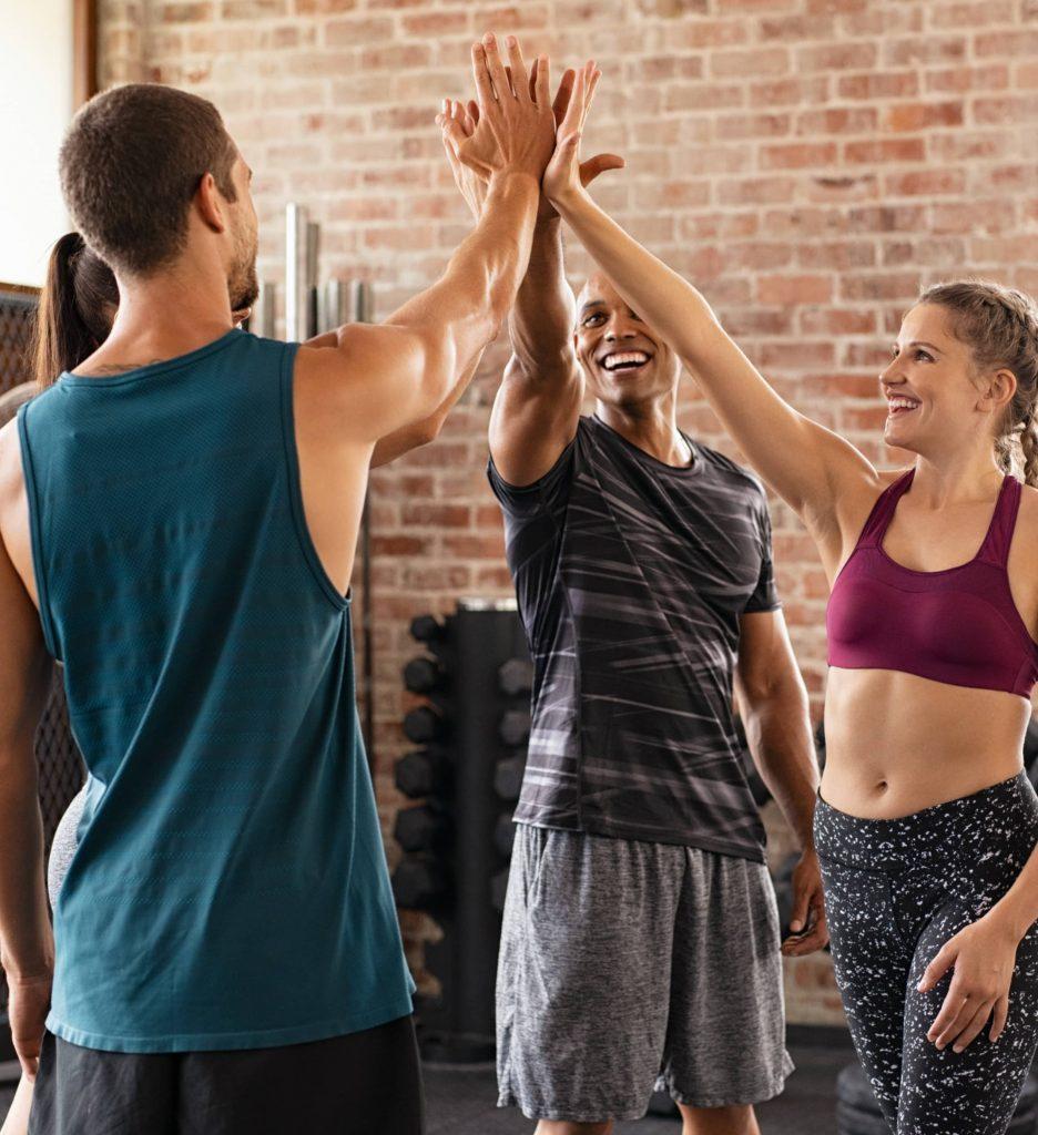 sportifs se félicitant avec un high five
